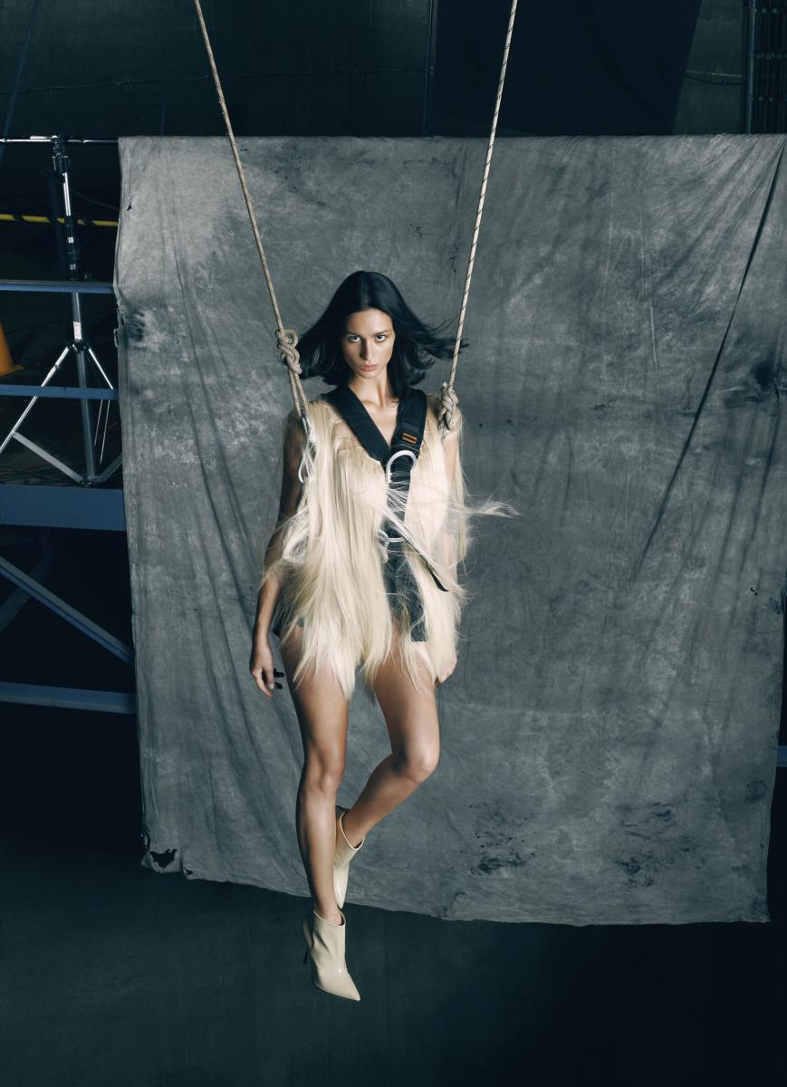 Ta sesja nie pozostawiła złudzeń: modeling to zawód momentami ekstremalny. Na linach, kilkadziesiąt metrów nad ziemią: Oliwia Downar-Dukowicz